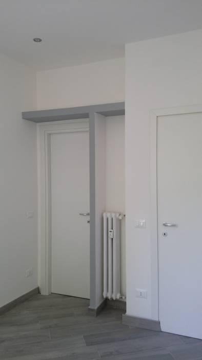 RISTRUTTURAZIONE APPARTAMENTO 2 - post operam: Camera da letto in stile in stile Moderno di HAPPY HABITAT - STUDIO DI ARCHITETTURA SABRINA AURELI