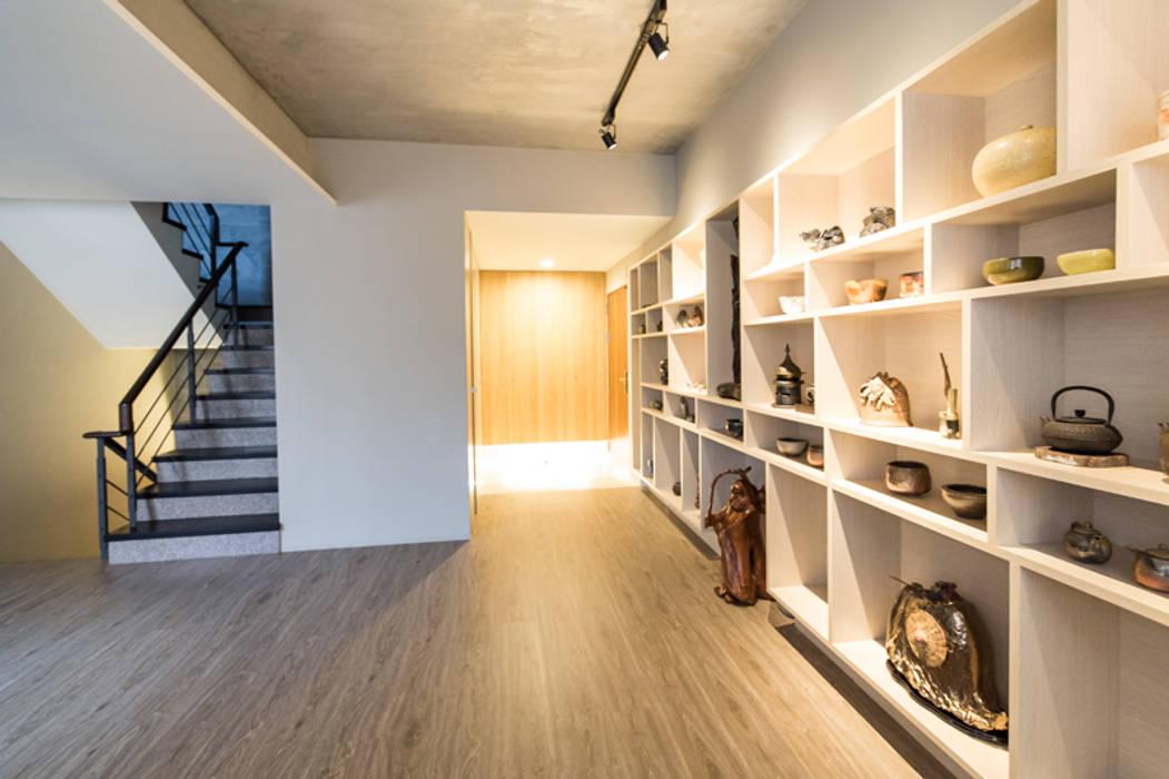 展示走廊:  走廊 & 玄關 by 果仁室內裝修設計有限公司