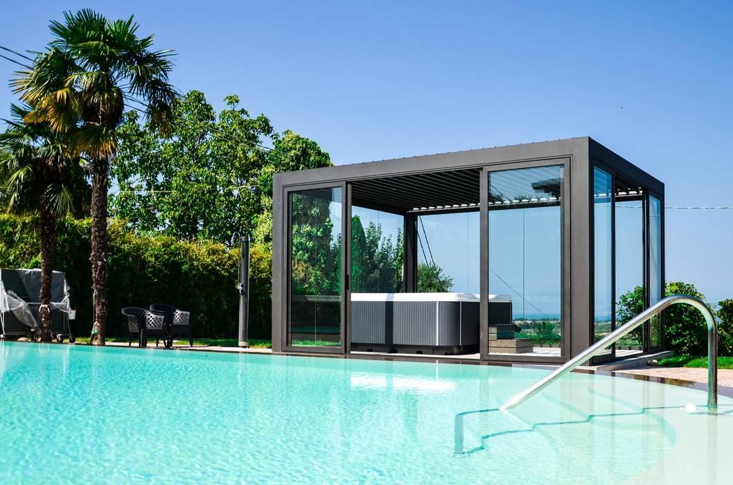 Come portare una spa con veranda in giardino .: Giardino in stile  di Aquazzura Piscine