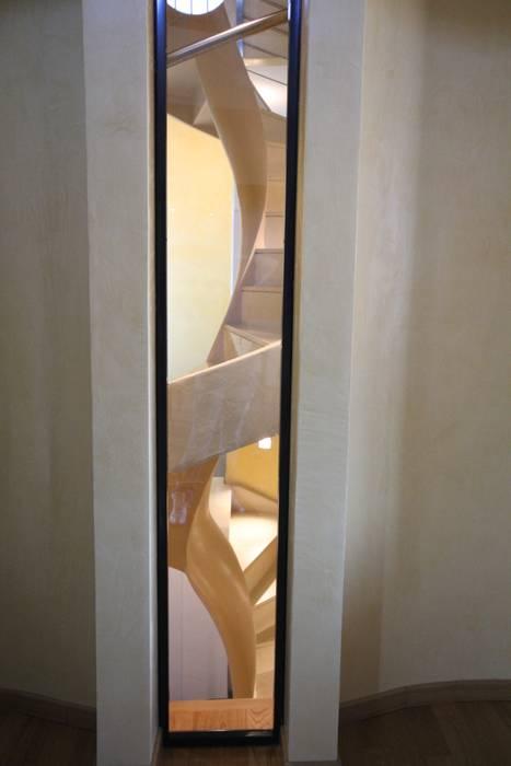 Scala elicoidale: Ingresso & Corridoio in stile  di Mariapia Alboni architetto