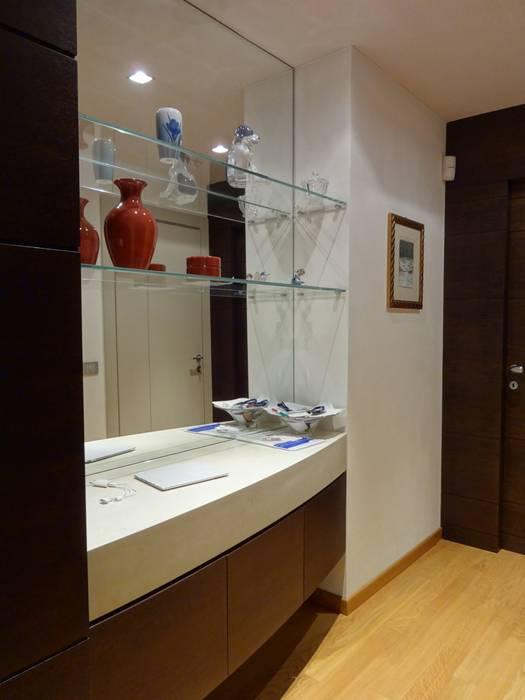 Ingresso appartamento principale: Ingresso & Corridoio in stile  di Mariapia Alboni architetto