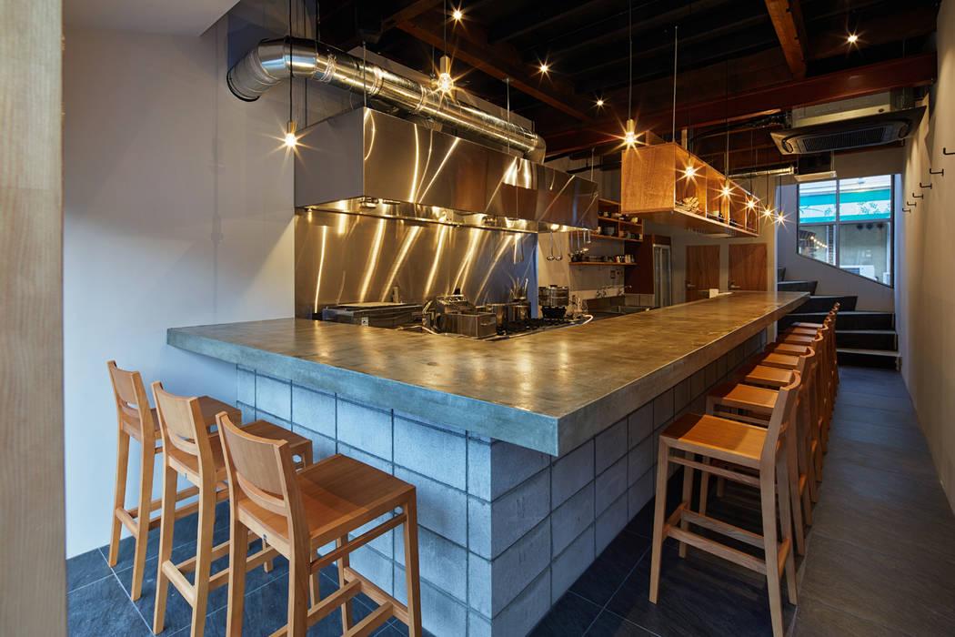  料理とお酒 晴ル ミニマルデザインの キッチン の 一級建築士事務所 こより ミニマル