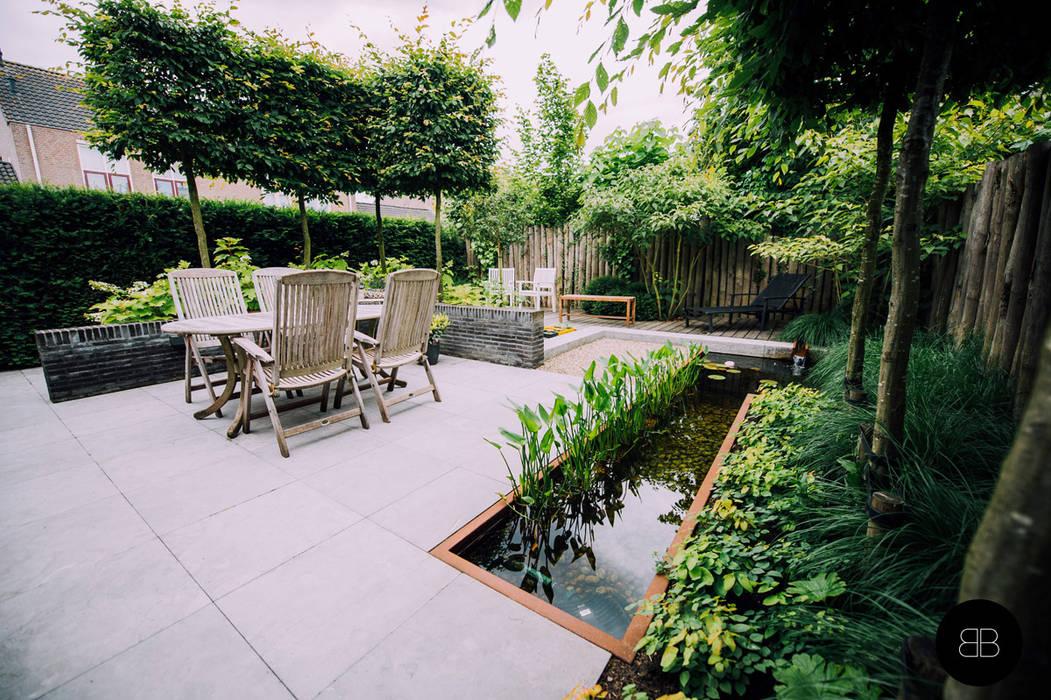 Compacte vijver in groene achtertuin:  Tuin door Buro Buitenom exterieurontwerpers