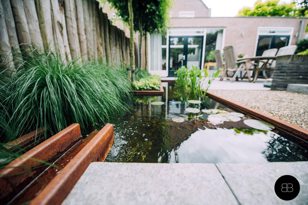 Cortenstalen waterloop in vijver:  Tuin door Buro Buitenom exterieurontwerpers, Landelijk