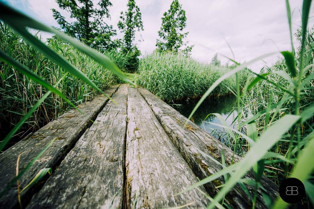 Tuin Houten Palen : Brug van grove houten palen: tuin door buro buitenom