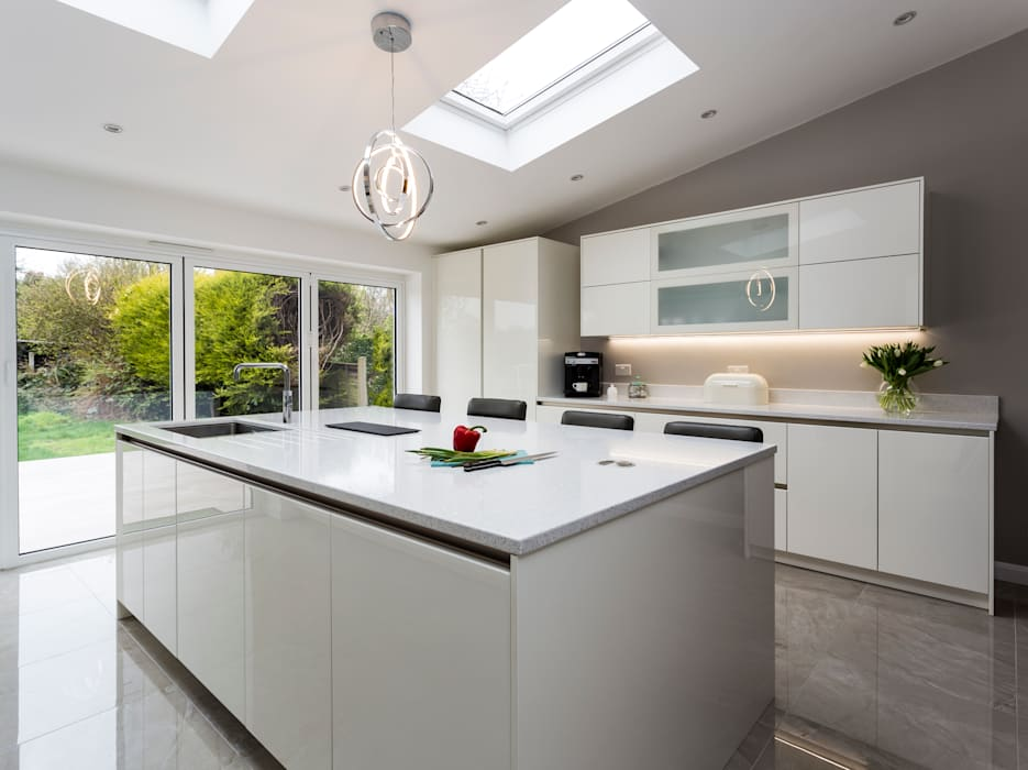 White modern kitchen in Hertfordshire by John Ladbury and Company: modern Kitchen by John Ladbury and Company