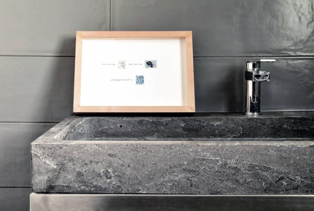 Dettaglio del lavabo in cemento: bagno in stile di mohamed ...