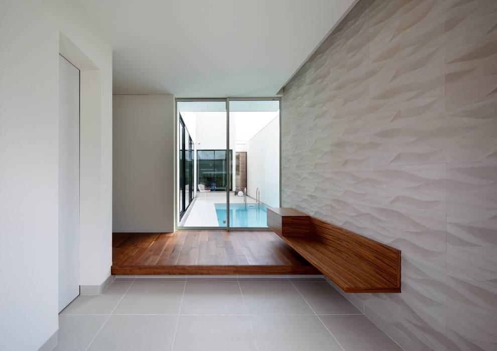 吹田の家_木漏れ日のプールサイドハウス: 近藤晃弘建築都市設計事務所が手掛けた廊下 & 玄関です。