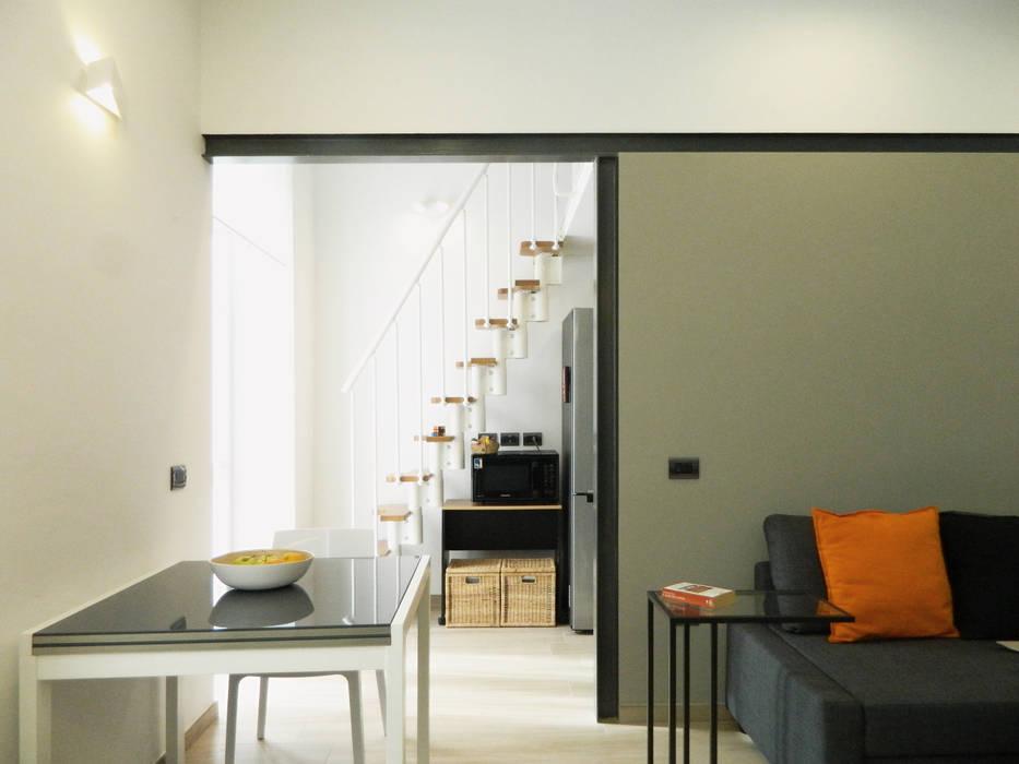 Cucina e soppalco: Sala da pranzo in stile in stile Moderno di M2Bstudio