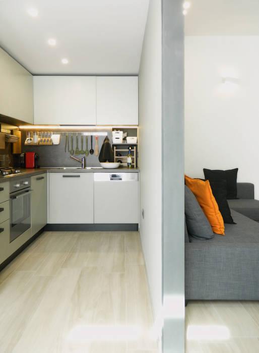 cucina_01: Cucina in stile in stile Moderno di M2Bstudio