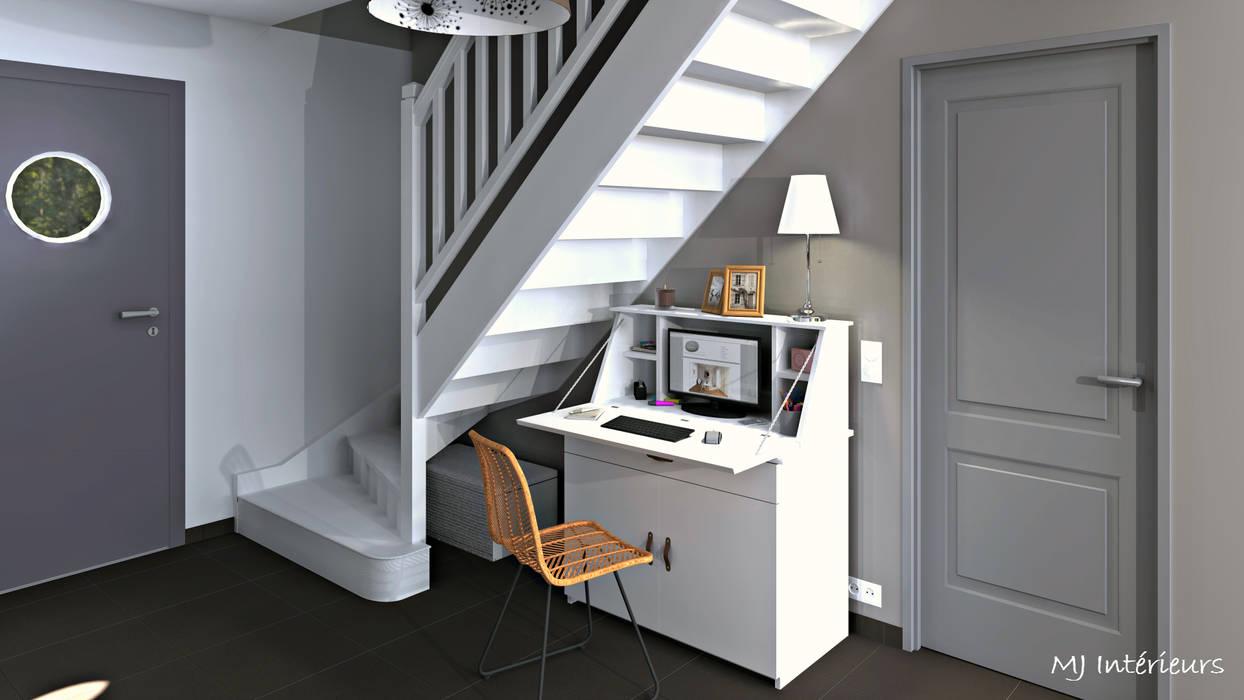Le secrétaire, abattant baissé, révèle l'écran de l'ordinateur ainsi que tout le petit matériel de bureau: Couloir et hall d'entrée de style  par MJ Intérieurs, Moderne