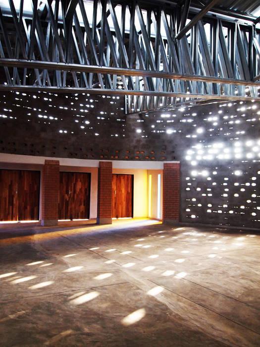 Moderne Veranstaltungsorte von A4AC Architects Modern Beton
