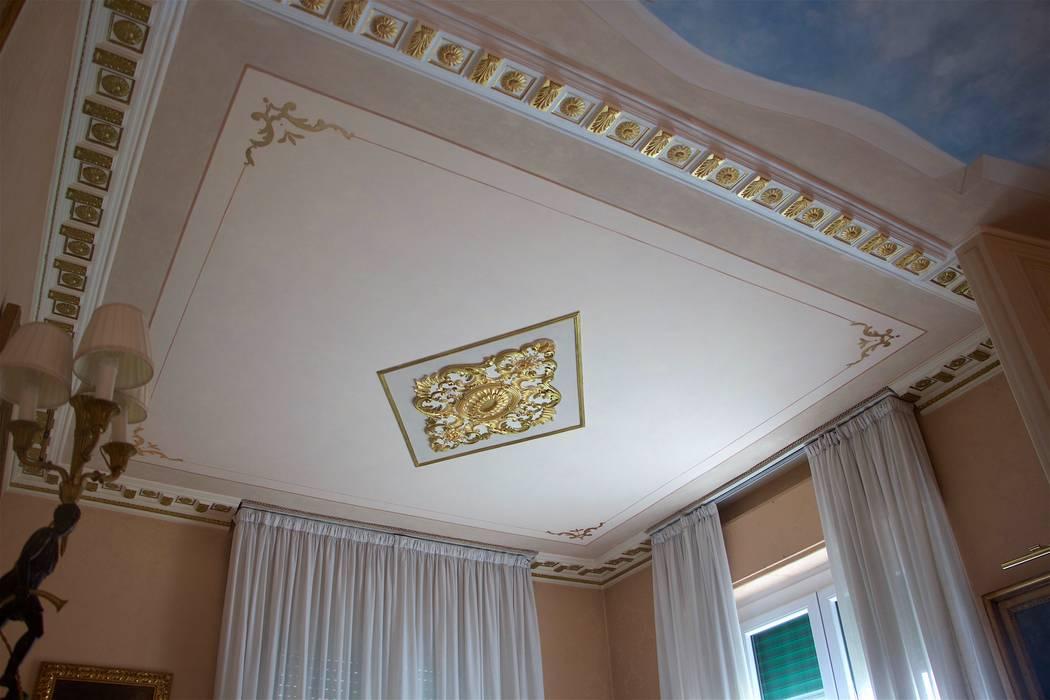 Soffitto dipinto e decorato con foglia oro: Soggiorno in stile in stile Classico di Colori nel Tempo - decorazioni pittoriche
