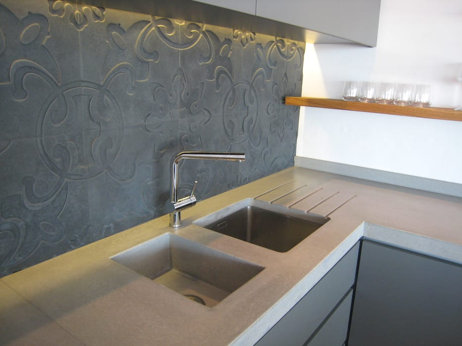 Combines stainless and integrated concrete sink Modern kitchen by Stoneform Concrete Studios Modern Concrete