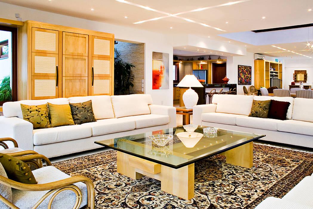 Sala de Estar com móveis em Madeira Pau-marfil: Salas de estar  por Tiede Arquitetos,