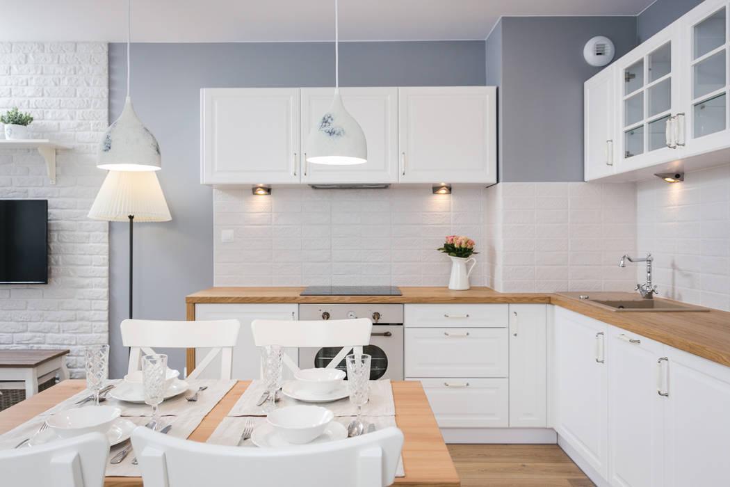 Kuchnia w stylu prowansalskim.: styl , w kategorii Aneks kuchenny zaprojektowany przez Justyna Lewicka Design,Wiejski Drewno O efekcie drewna