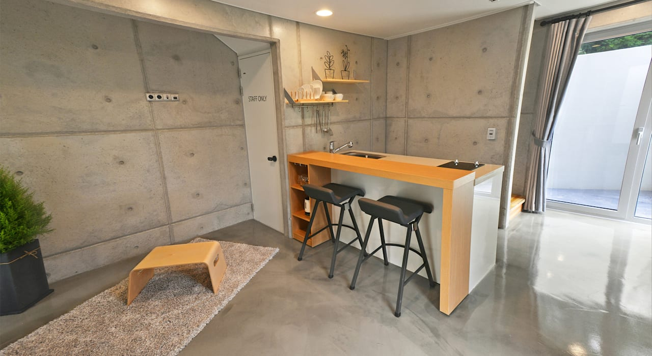 Dining room by 건축사사무소 어코드 URCODE ARCHITECTURE