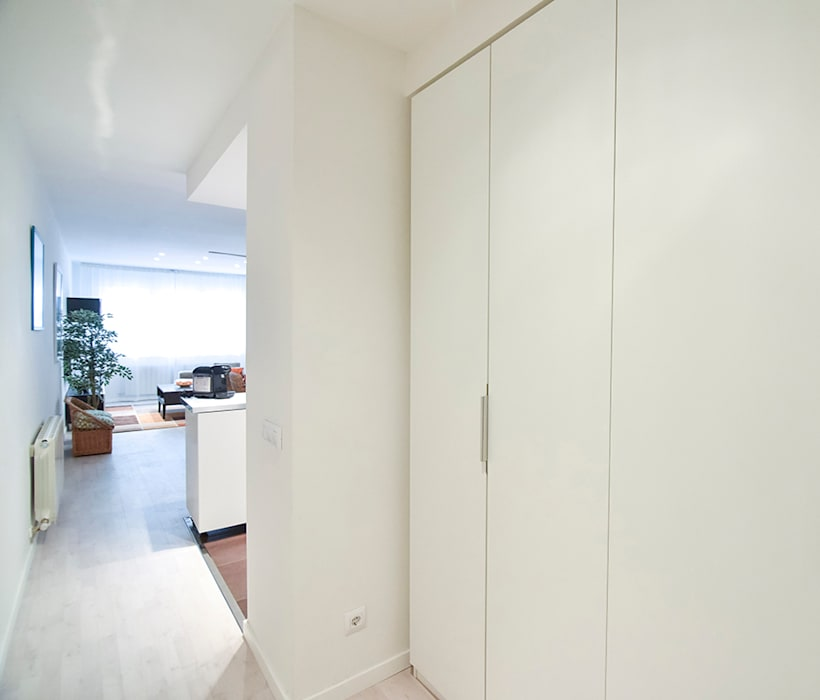 Modern Corridor, Hallway and Staircase by GokoStudio Modern