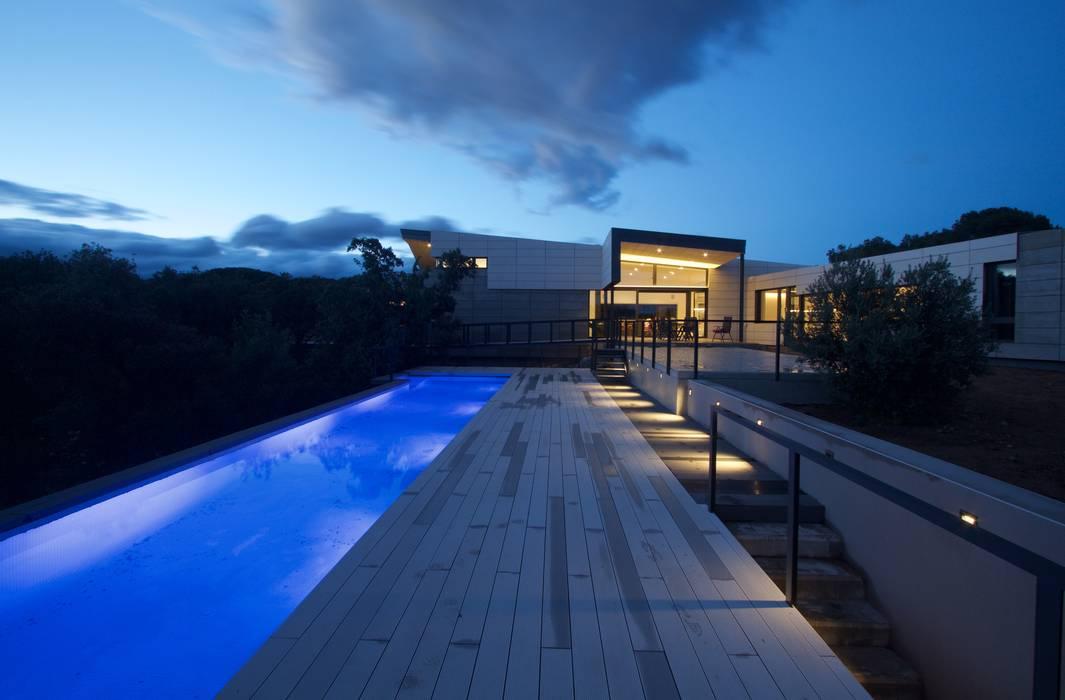 Casa Collado -755 m²-, Madrid. Exterior. Piscinas de estilo moderno de GokoStudio Moderno