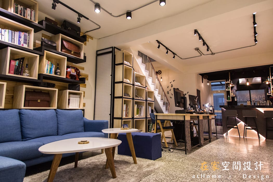 Offices & stores by 在家空間設計, Industrial
