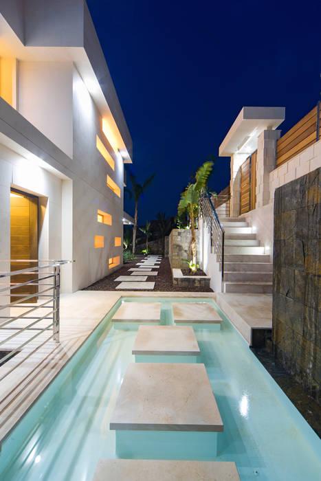 modern Houses by Miralbo Urbana S.L.