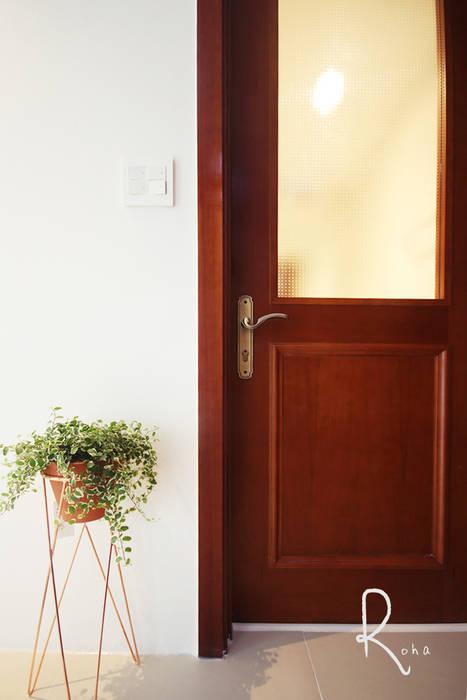 Puertas y ventanas de estilo clásico de 로하디자인 Clásico