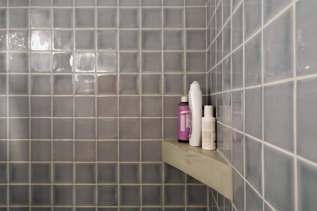 Apartamento Bica: Casas de banho  por Miguel Marcelino, Arq. Lda.