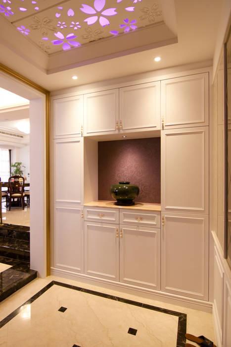 入口玄關:  走廊 & 玄關 by Hi+Design/Interior.Architecture. 寰邑空間設計