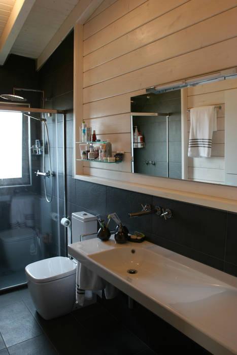 Salle de bain scandinave par Rusticasa Scandinave Bois Effet bois