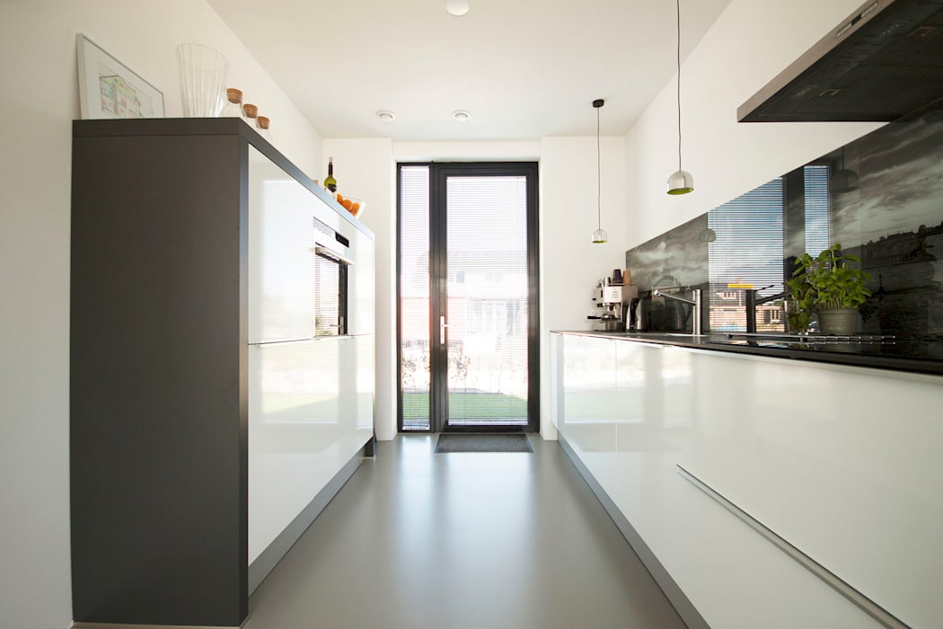 8A Architecten Modern style kitchen Plastic White