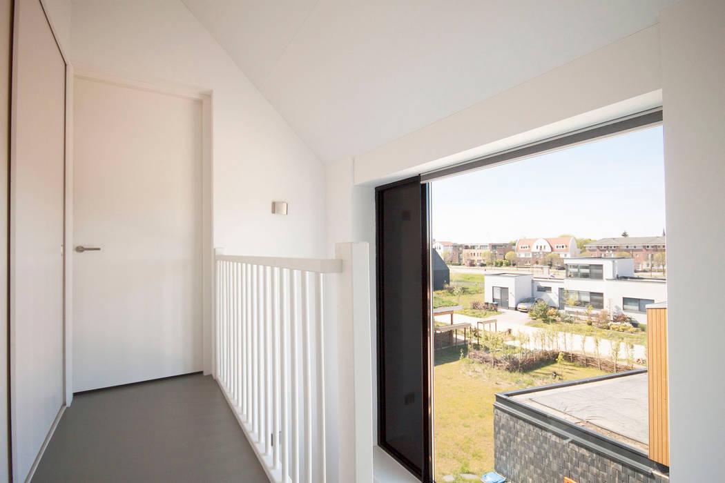 8A Architecten Modern corridor, hallway & stairs Wood White