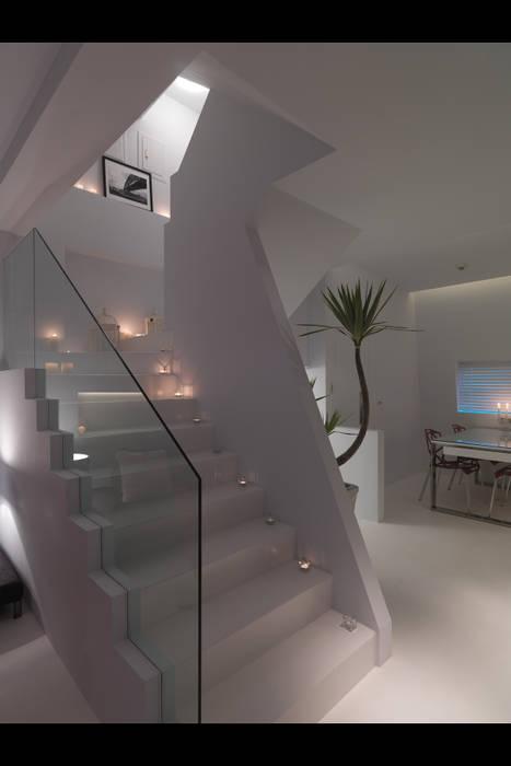 Couloir, entrée, escaliers minimalistes par 邑法室內裝修設計有限公司 Minimaliste