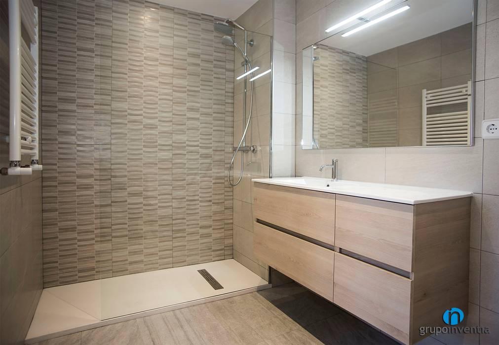 Ba o con ducha ba os de estilo de grupo inventia moderno - Azulejos para ducha ...