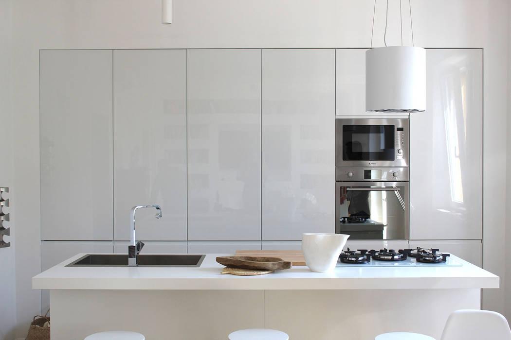 Cucina Isola: Cucina in stile  di Architetto Luigia Pace, Moderno Legno Effetto legno