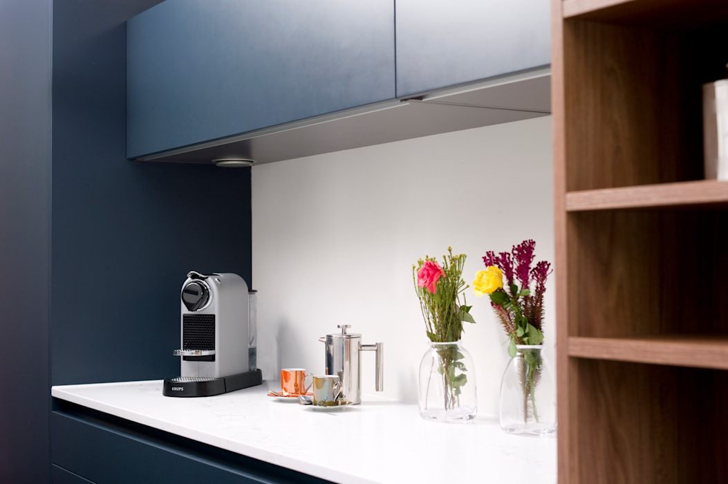 Pedini Arkè in Blue Night and Elm: modern Kitchen by Urban Myth