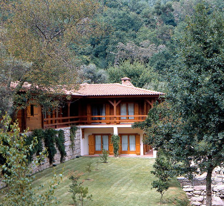 RUSTICASA   100 projetos   Portugal + Espanha: Casas de madeira  por Rusticasa,Rústico Madeira maciça Multicolor