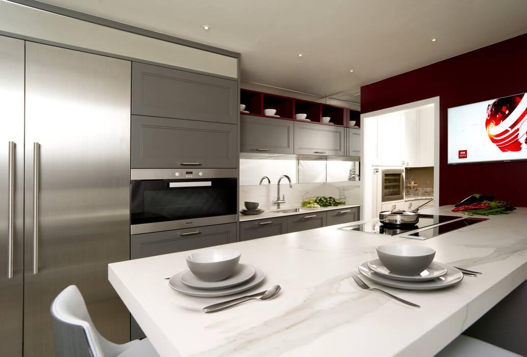 Lava Grey Shaker Style Kitchen:  Kitchen by Urban Myth