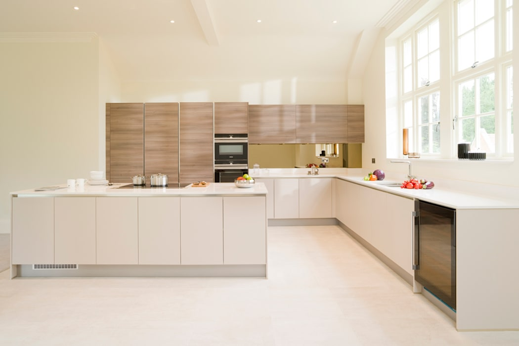 Cashmere and Grey Acacia Veneer Handleless Kitchen: modern Kitchen by Urban Myth