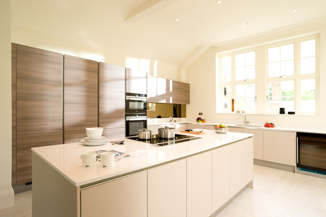 Cashmere and Grey Acacia Veneer Handleless Kitchen:  Kitchen by Urban Myth