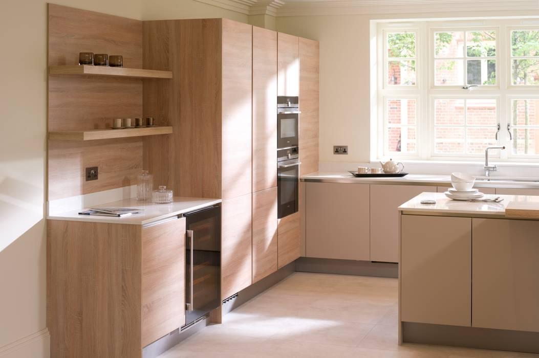 Cashmere and Natural Oak Veneer Handleless Kitchen:  Kitchen by Urban Myth