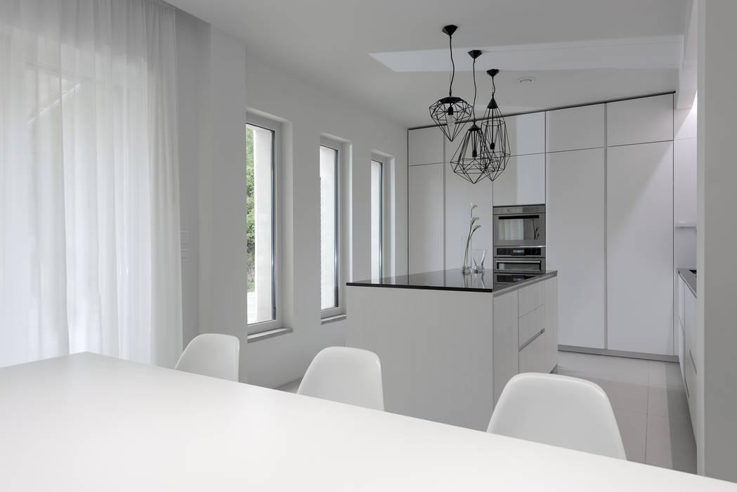 Bianco continuo cucina in stile di melissa giacchi for Architetto d interni