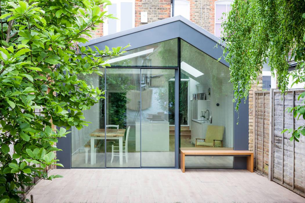 Asymmetric glazed facade by TAS Architects Modern Aluminium/Zinc