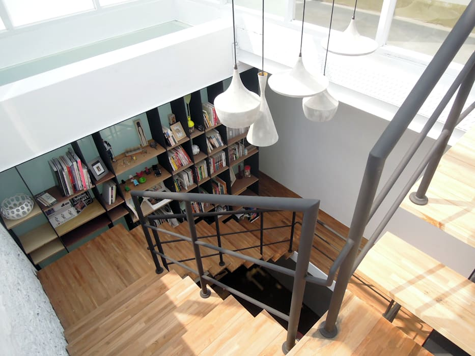 House toward Sky 鍾宅:  走廊 & 玄關 by 構築設計