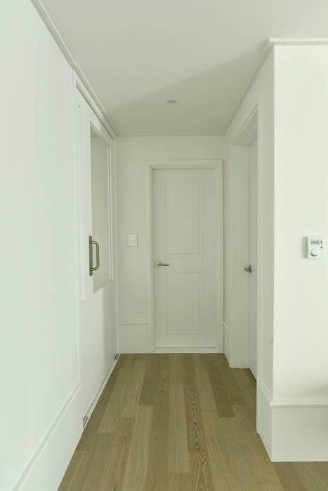 Pasillos, vestíbulos y escaleras de estilo moderno de 알렉스 Moderno
