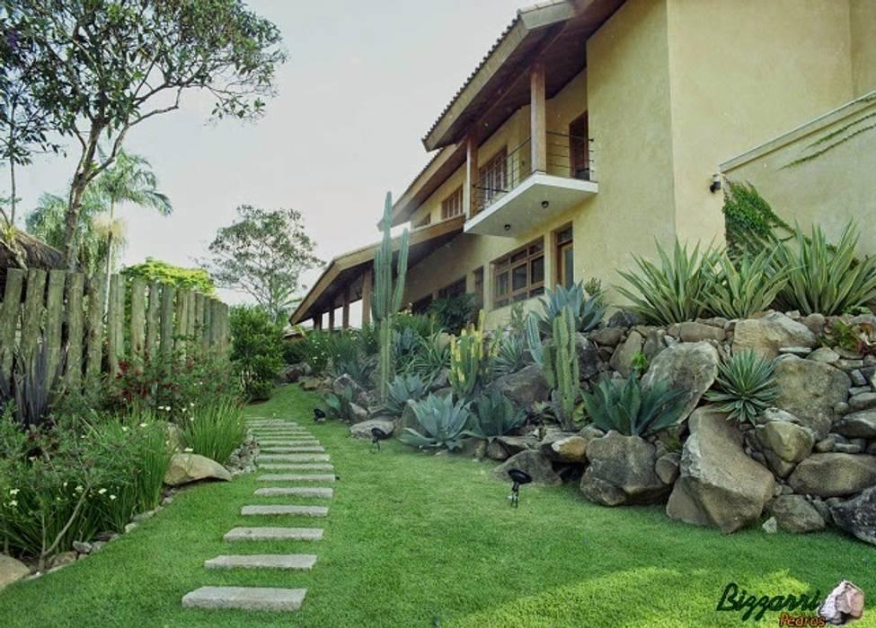 Bizzarri Pedras Jardines de estilo rústico Piedra