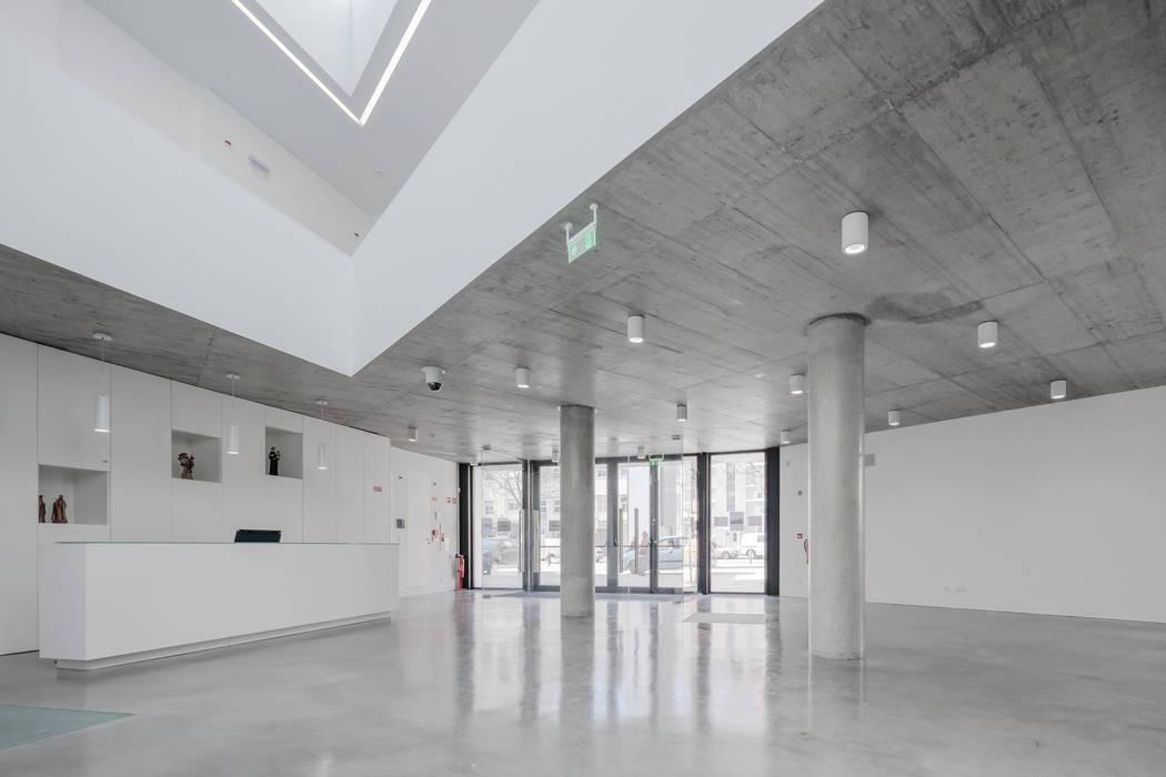 Pasillos, vestíbulos y escaleras de estilo minimalista de Plano Humano Arquitectos Minimalista Hormigón reforzado