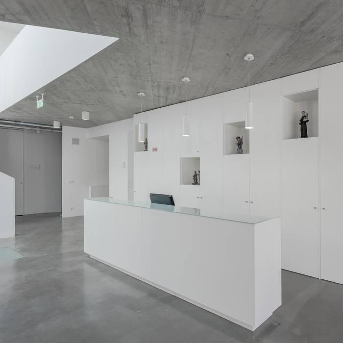 Pasillos, vestíbulos y escaleras de estilo minimalista de Plano Humano Arquitectos Minimalista Hormigón