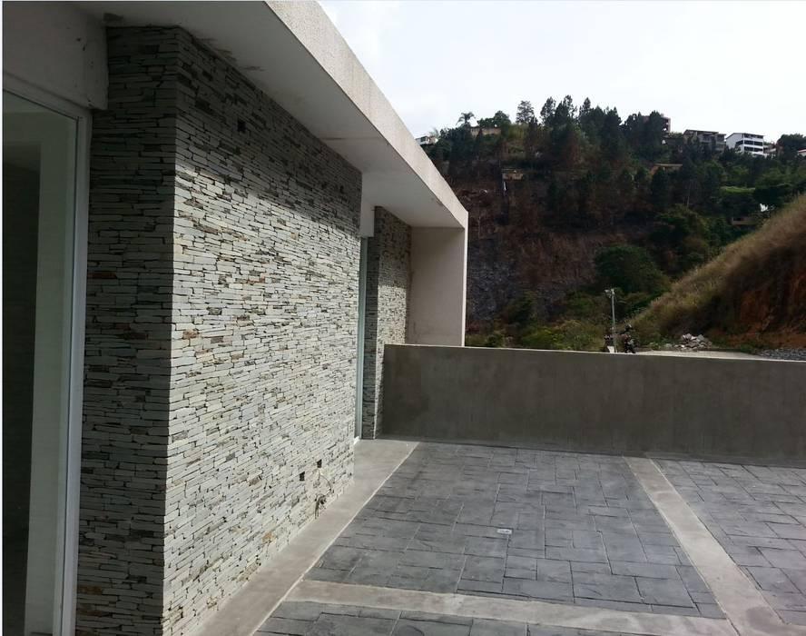 terraza superior: Terrazas de estilo  por MARATEA Estudio,