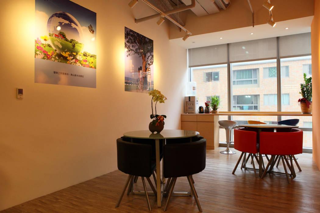 員工休憩區:  辦公室&店面 by Hi+Design/Interior.Architecture. 寰邑空間設計