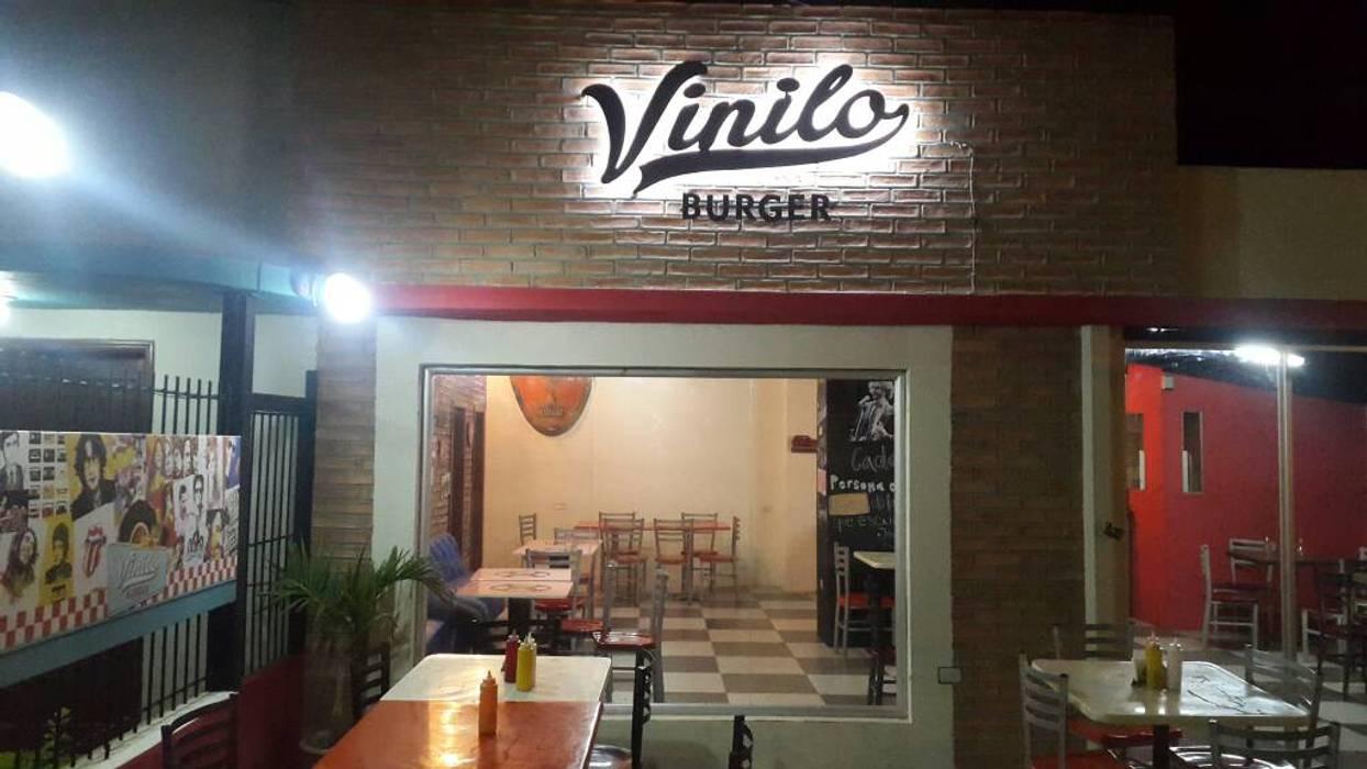 Letras en Lamina Metalica y Luz Led: Restaurantes de estilo  por Arq. Alberto Quero